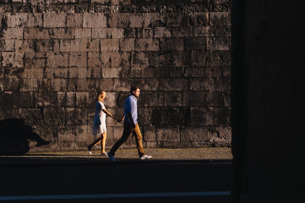 Photographie de La Corde au Coeur, photographe de mariage en Belgique. Photo de couple lors de la session engagement quelque semaine avant le mariage. Session de couple réalisée Belgique dans les Fagnes. Journée avec les mariés