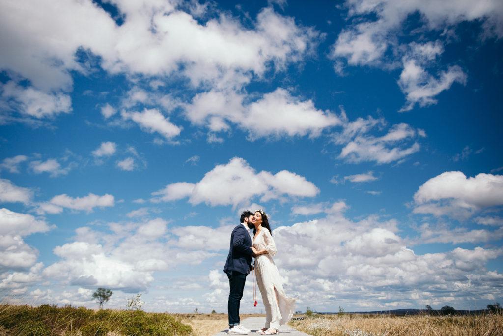 Photographie de La Corde au Coeur, photographe de mariage en Belgique. Photo de couple lors de la session engagement quelque semaine avant le mariage. Session de couple réalisée dans les Fagnes