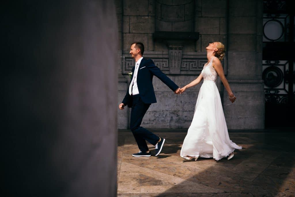 Photographe de mariage Belgique, photo de couple lors de la session de couple au cinquantenaire à Bruxelles