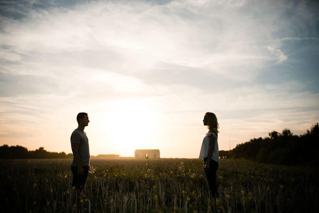 Photographie de La Corde au Coeur, photographe de mariage en Belgique. Photo de couple lors de la session engagement quelque semaine avant le mariage. Session de couple réalisée sur Oleron