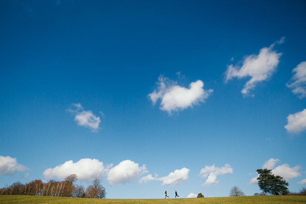 Photographie de La Corde au Coeur, photographe de mariage en Belgique. Photo de couple lors de la session engagement quelque semaine avant le mariage. Session de couple réalisée au chateau de la Hulpe. Portrait