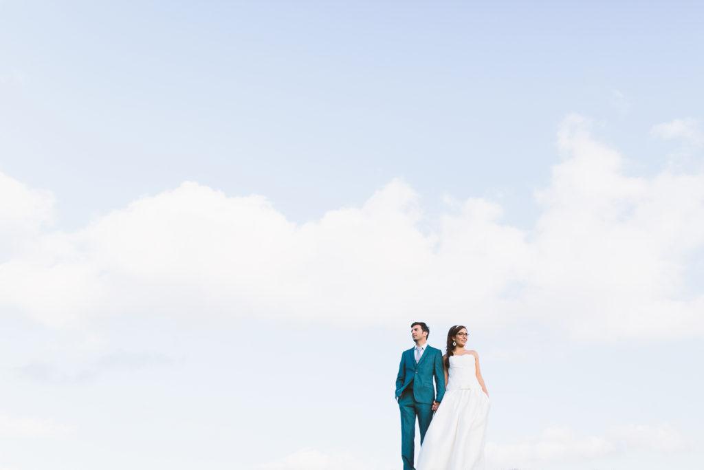Photographie de La Corde au Coeur, photographe de mariage en Belgique. Photo de couple lors de la session engagement quelque semaine avant le mariage. Session de couple réalisée en France à Oleron. Journée avec les mariés - Doel