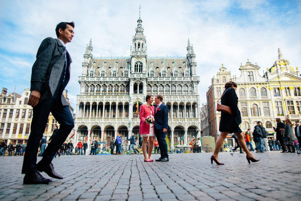 Photographie de La Corde au Coeur, photographe de mariage en Belgique. Portrait des mariés durant la session de couple sur la grand place à Bruxelles