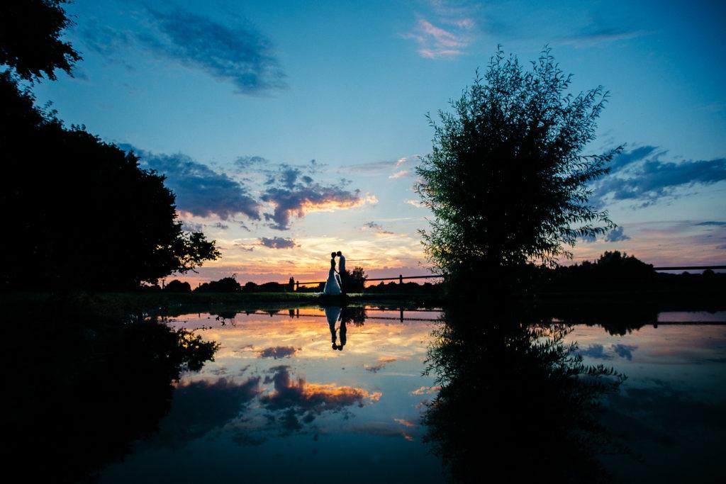 Photographie de La Corde au Coeur, photographe de mariage en Belgique. Portrait de couple le soir du mariage, couché de soleil