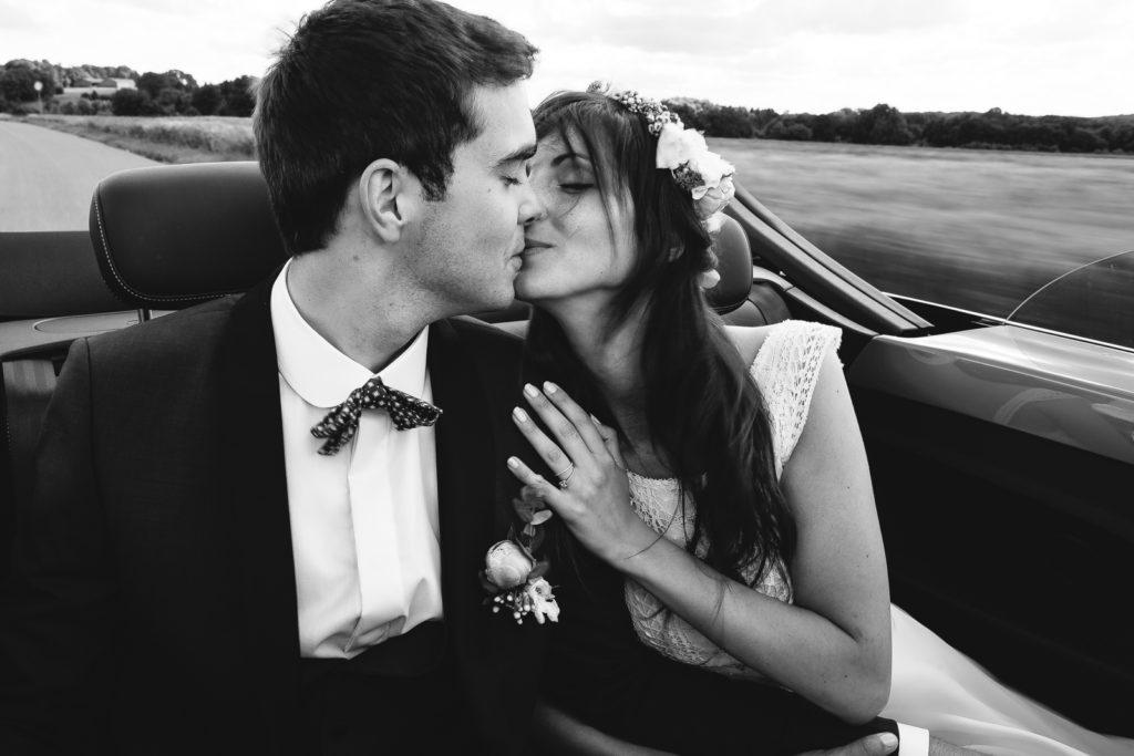 Photographie de La Corde au Coeur, photographe de mariage en Belgique. Portrait des mariés dans la voiture